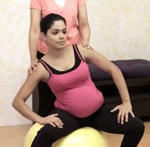 Поперечное и тазовое предлежание плода: упражнение 11, вращения тазом на фитболе