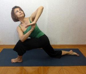 Мини-комплекс йоги для футболистов. Скрутка в низком выпаде
