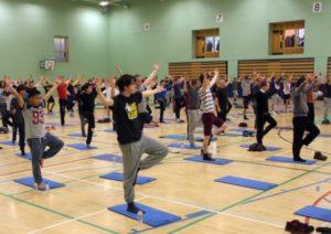 110 мужчин в одном йога-классе напоминают, что йога - для мужчин! Йога-статистика