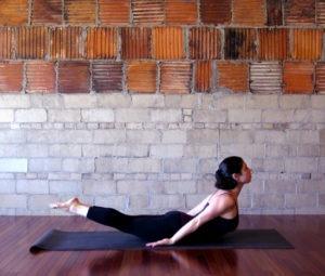 Домашний детокс, или 8 поз йоги для очищения организма: Шалабхасана