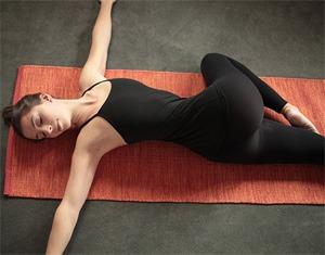 Домашний детокс, или 8 поз йоги для очищения организма: скручивание позвоночника лежа