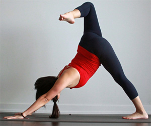 Домашний детокс, или 8 поз йоги для очищения организма: вариация Адхо Мукха Шванасаны с раскрытием бедра