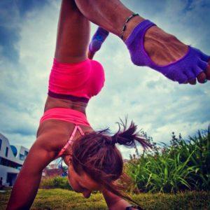 Используйте носки и/или перчатки для йоги, чтобы не скользить