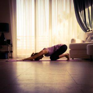 При овладении любой позой хатха йоги чередуйте фиксацию асаны с расслаблением