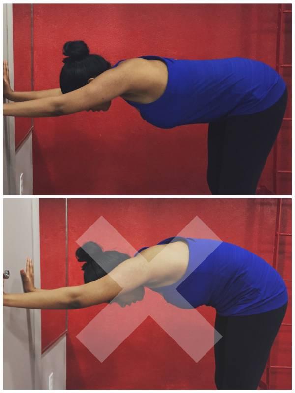Упражнения для запястья: как укрепить? Упрощенная поза Собаки мордой вниз с опорой на стену