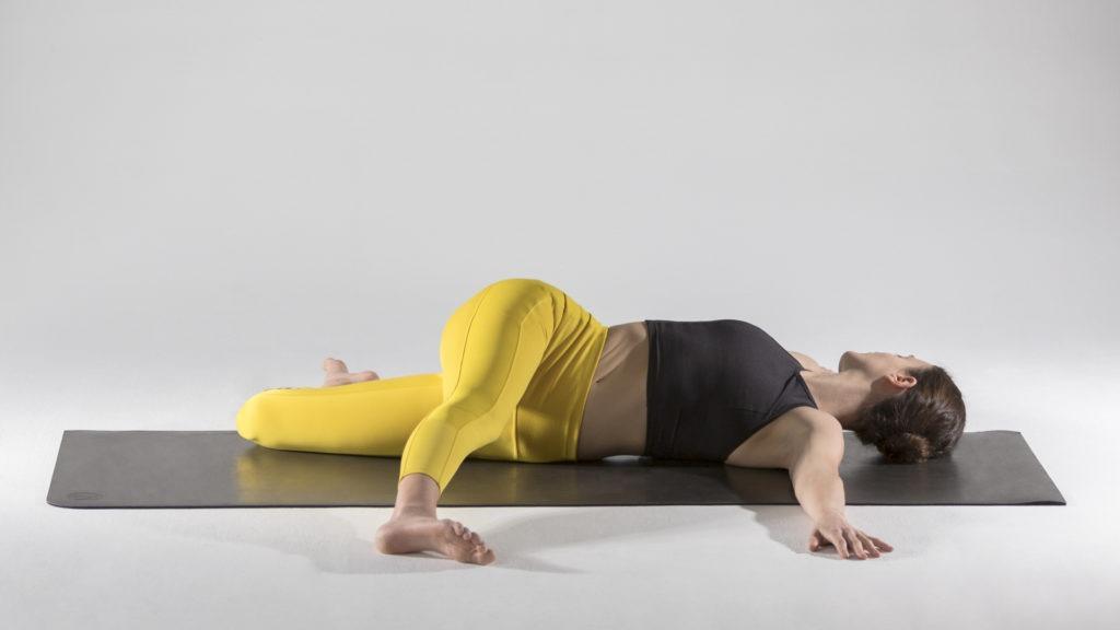 Упражнения для растяжки спины и позвоночника: Паривритта Супта Падангуштхасана