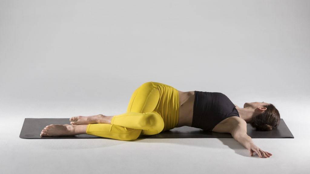 Упражнения для растяжки спины и позвоночника: Супта Паривритта Гарудасана