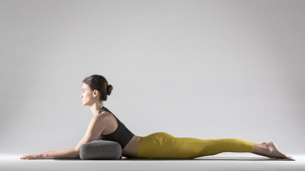 Упражнения для растяжки спины и позвоночника: поза Сфинкса с опорой